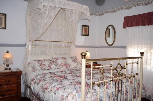 A bed or beds in a room at Cuddledoon Cottages Rutherglen