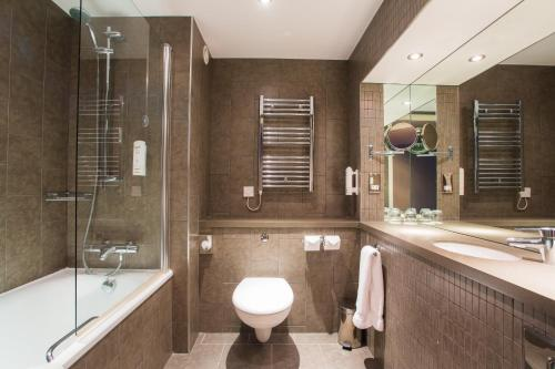 A bathroom at Holiday Inn Aberdeen West, an IHG Hotel