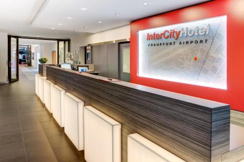 De lobby of receptie bij IntercityHotel Frankfurt Airport