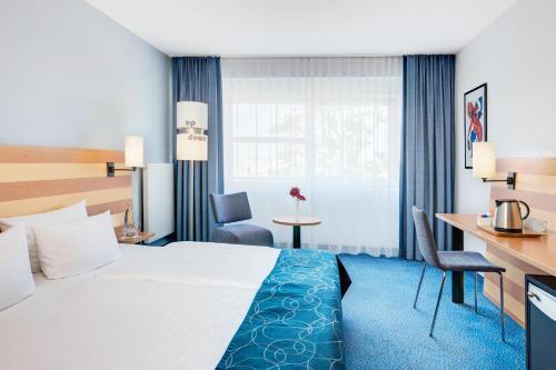 Een bed of bedden in een kamer bij IntercityHotel Frankfurt Airport