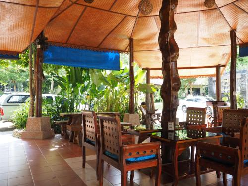 A restaurant or other place to eat at Koh Chang Bailan Beach Resort