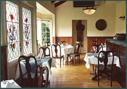A restaurant or other place to eat at Elizabethan Lodge