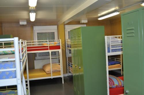 Ein Etagenbett oder Etagenbetten in einem Zimmer der Unterkunft Gästedorf Waldheimat