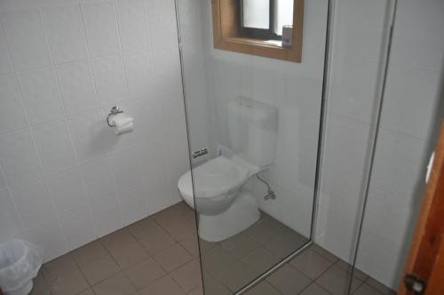A bathroom at Keith Motor Inn