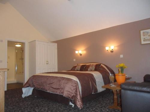 A bed or beds in a room at Old Oak Tree