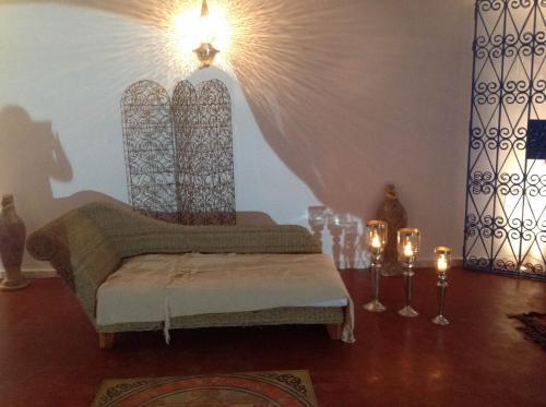 سرير أو أسرّة في غرفة في Dar Salama