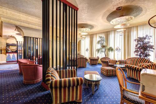 The lounge or bar area at Hotel Auriga