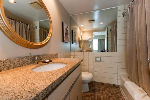 A bathroom at Rosellen Suites at Stanley Park