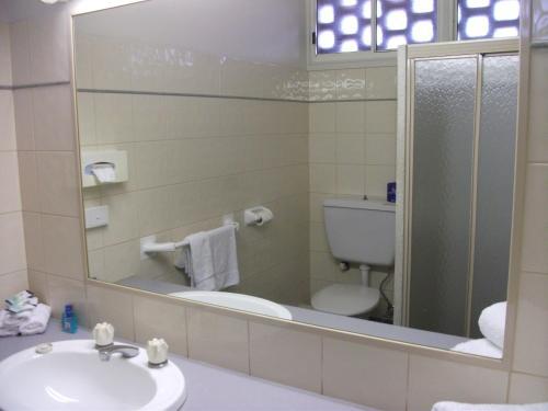 A bathroom at Overlander Hotel Motel