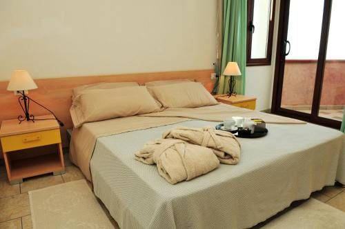 A bed or beds in a room at Hotel Castello Budoni