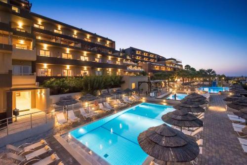 En udsigt til poolen hos Blue Bay Resort Hotel eller i nærheden