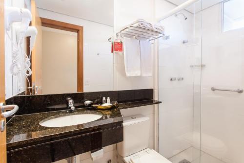 Um banheiro em Ramada Hotel & Suites Lagoa Santa By Wyndham