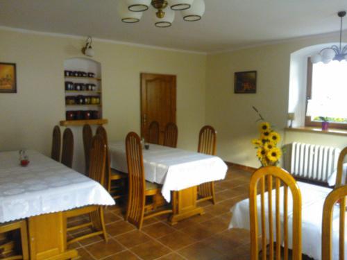 Restauracja lub miejsce do jedzenia w obiekcie Folwark
