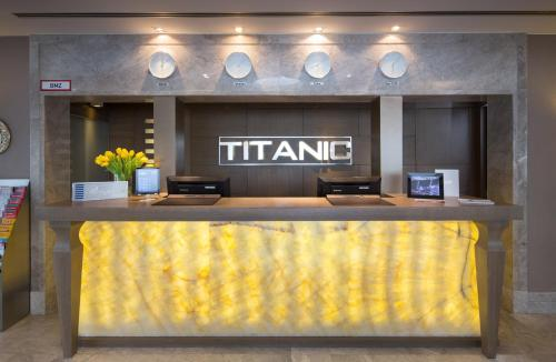 The lobby or reception area at TITANIC Comfort Mitte