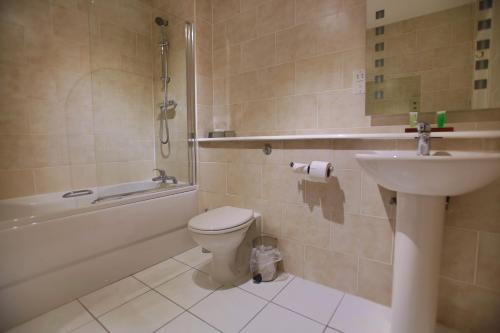 A bathroom at Best Western Plus Oaklands Hotel