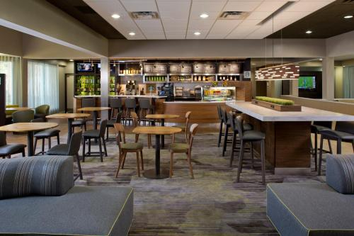 The lounge or bar area at Courtyard Orlando International Drive/Convention Center