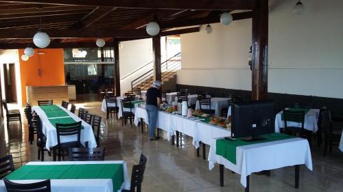 A restaurant or other place to eat at Pousada Recanto do Teimoso Pouso Alegre