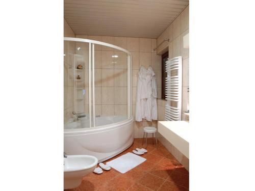حمام في فندق بيفاندا