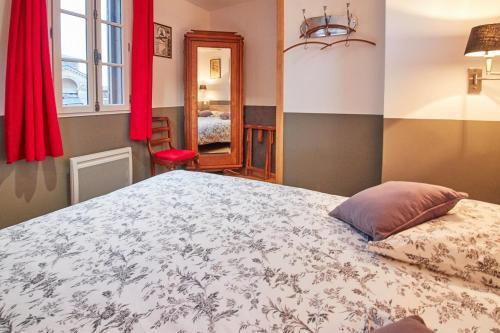 Tempat tidur dalam kamar di La Plus Petite Maison De France