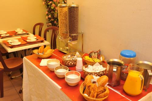 Breakfast options available to guests at Altona