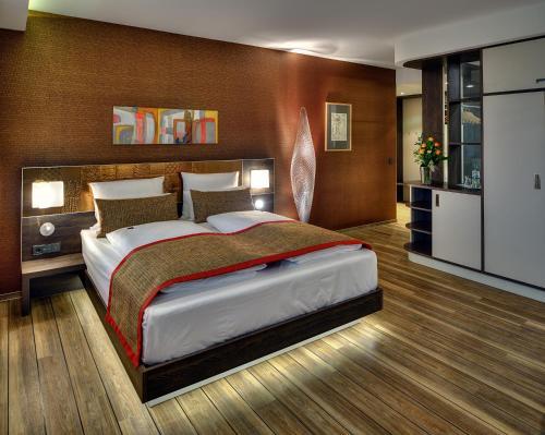 Ein Bett oder Betten in einem Zimmer der Unterkunft ARTHOTEL Kiebitzberg