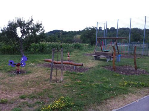 Ein Kinderspielbereich in der Unterkunft Ferienwohnung Heike