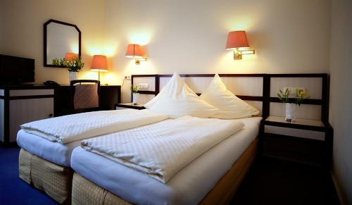 A bed or beds in a room at Hotel Haus Union