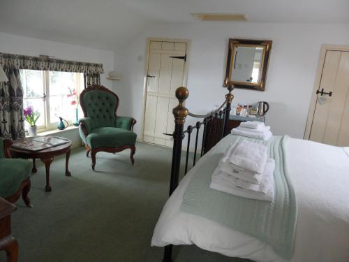 A seating area at Holly Tree House Bed & Breakfast
