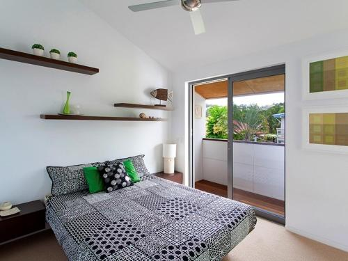A bed or beds in a room at U3/27 Noosa Parade, Noosa Sound