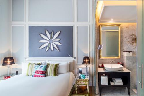 A bed or beds in a room at SO/ Sofitel Singapore (SG Clean)