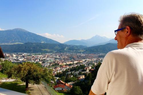 Vista general de una montaña o vista desde la posada u hostería