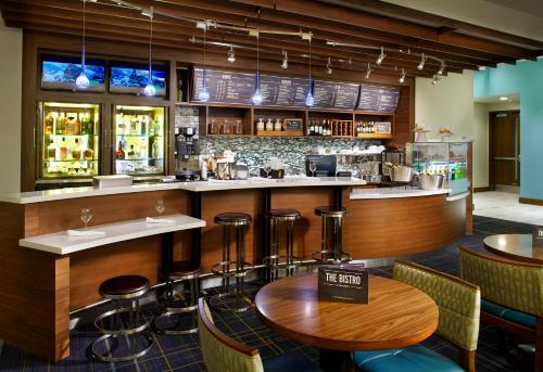 The lounge or bar area at Courtyard by Marriott Orlando Lake Nona