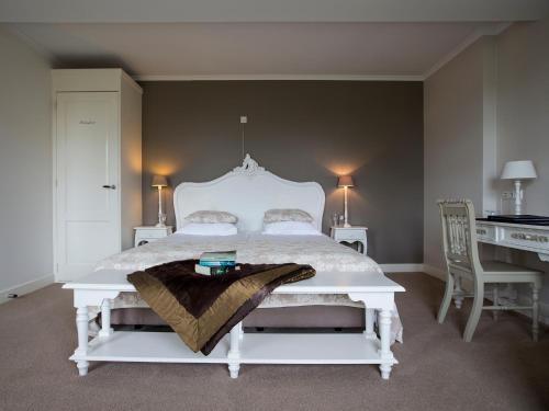 Кровать или кровати в номере B & B Hotel The Baron Crown