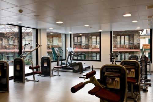 The fitness center and/or fitness facilities at Rutllan & Spa