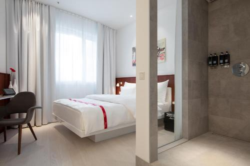 A bed or beds in a room at Ruby Marie Hotel Vienna