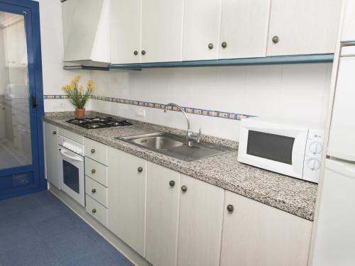 A kitchen or kitchenette at Turquesa Beach Unitursa