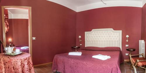 A bed or beds in a room at Hotel Foro Romano Imperatori