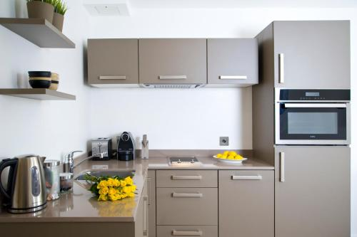 A kitchen or kitchenette at The Rosebery by Supercity Aparthotels