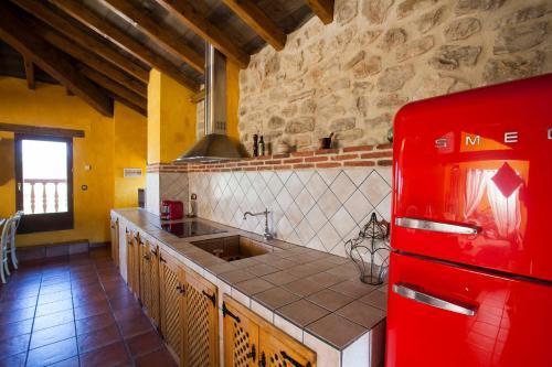 A kitchen or kitchenette at Hotel Rural La Torre de Bisjueces