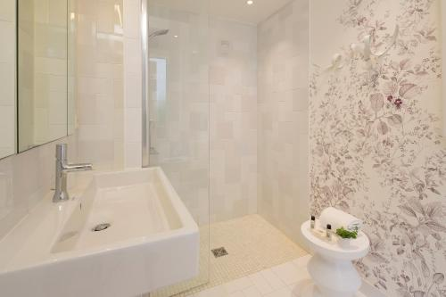 A bathroom at Hôtel Mistral