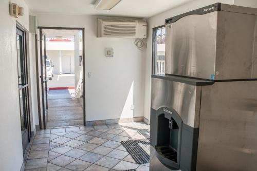 A kitchen or kitchenette at Motel 6-Ukiah, CA