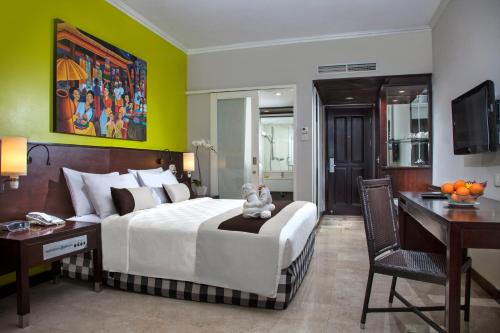 A bed or beds in a room at Prime Plaza Hotel Sanur – Bali