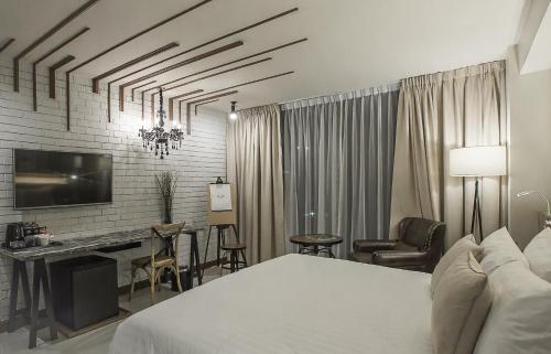 Ein Bett oder Betten in einem Zimmer der Unterkunft Art Mai Gallery Nimman Hotel Chiang Mai