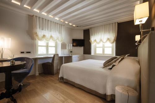 A bed or beds in a room at Albergo Celide