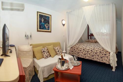 A bed or beds in a room at Hotel Villa Neretva - Metković