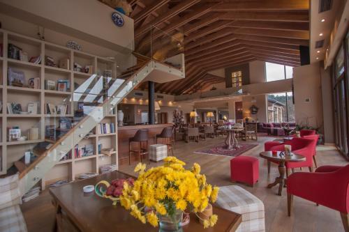 Ein Restaurant oder anderes Speiselokal in der Unterkunft Orizontes Tzoumerkon Hotel Resort