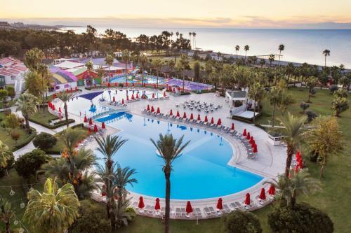 Вид на бассейн в IC Hotels Santai Family Resort - Kids Concept или окрестностях