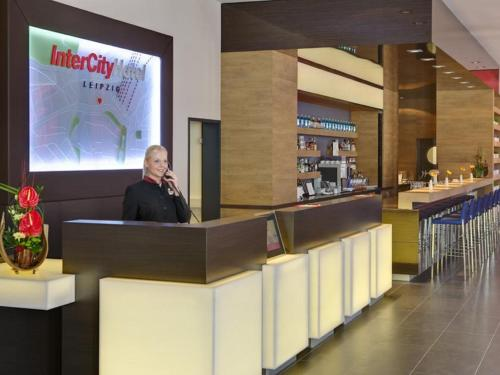 The lobby or reception area at IntercityHotel Leipzig