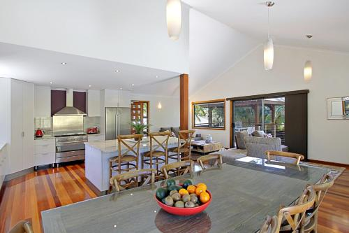 A kitchen or kitchenette at A PERFECT STAY - Blue Bliss
