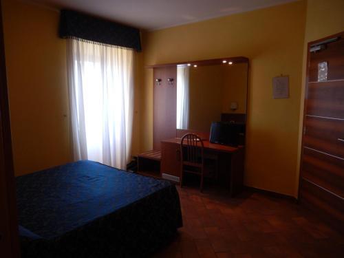 Кровать или кровати в номере Albergo Dei Leoni